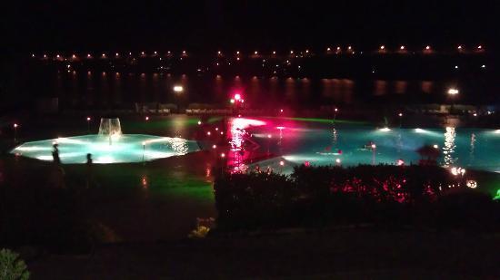 Valamar Club Dubrovnik: Bassenget om kvelden, de hadde forskjellige lys om kvelden.