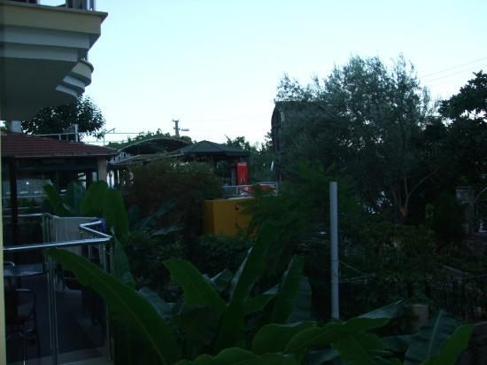 Seyir Beach Hotel: View from the secod floor, the room on the corner: to the restaurant area