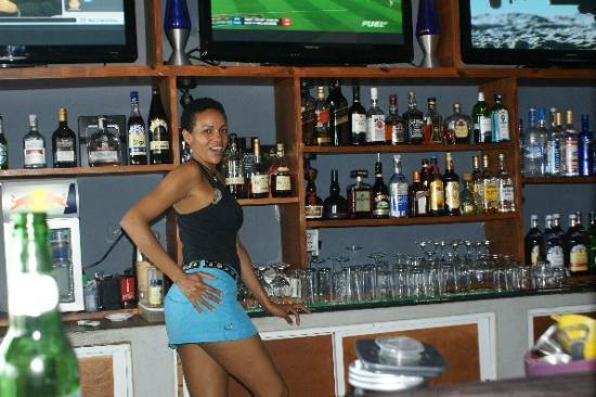 Kahuna's Restaurant and Bar: Ynes-bartender at Kahuna