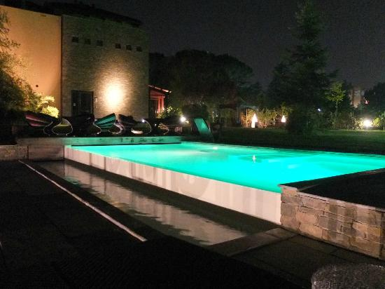 Hotel Langhe: The pool at night