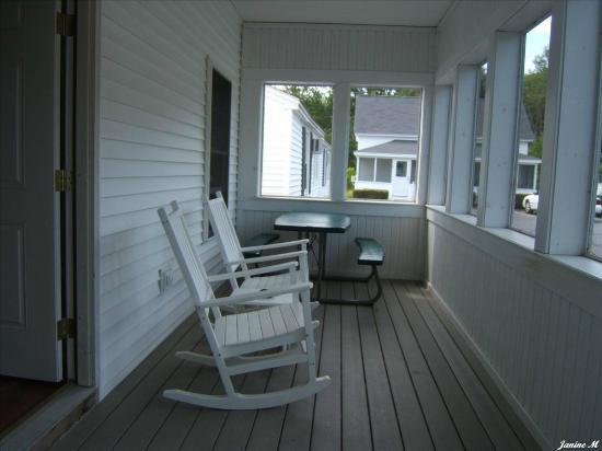 Carriage House Motel Cottages & Suites: Véranda moustiquaire