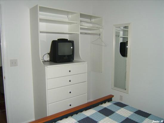 Carriage House Motel Cottages & Suites: Rangement dans chambre