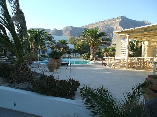 Atlantis Beach Villa: Bar and Pool view