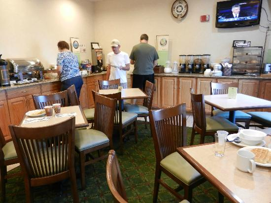 Country Inn & Suites By Carlson, Marion : breakfast area