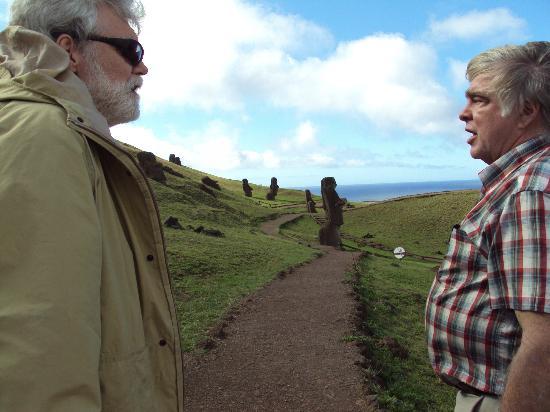 Tekarera Kainga Ora & Kainga Nui : With our guide and the Moai