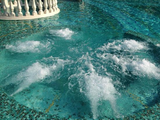 Grand Hotel Bristol: l'un des jacuzzi de la piscine extérieure