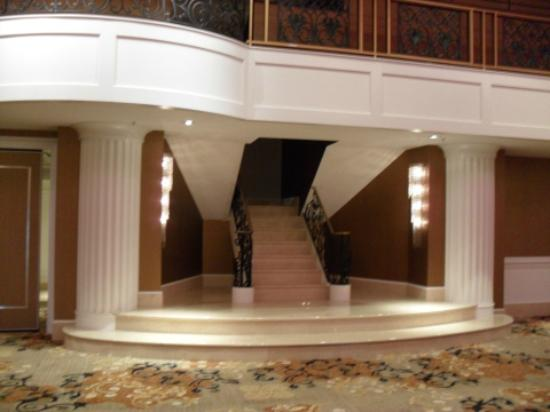 Hilton Philadelphia City Avenue: Staircase in Garden Ballroom