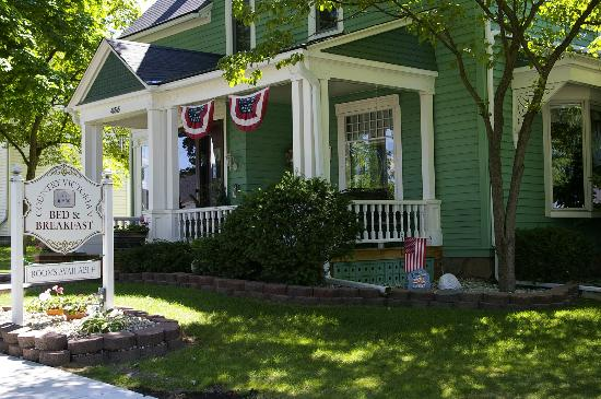 Country Victorian Bed and Breakfast: Front Porch Entry