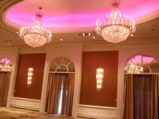 Hilton Philadelphia City Avenue: Beautiful chandeliers with color changing concave ceiling