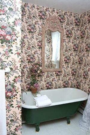Candlewick Inn: Antique Clawfoot Tub