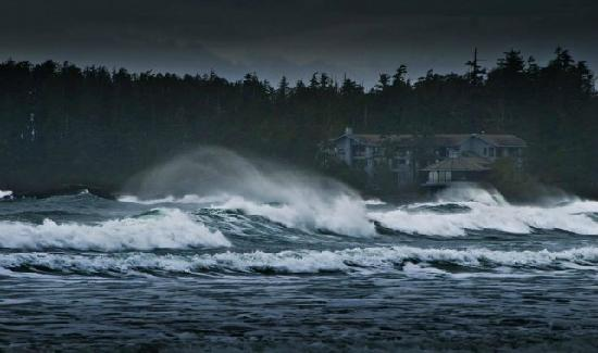 Wickaninnish Inn and The Pointe Restaurant : Storm Waves