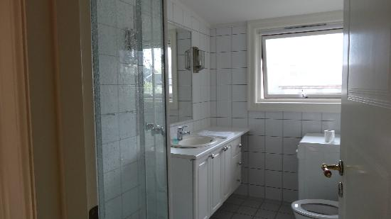Frogner House - Skovveien 8: Bathroom and washer unit