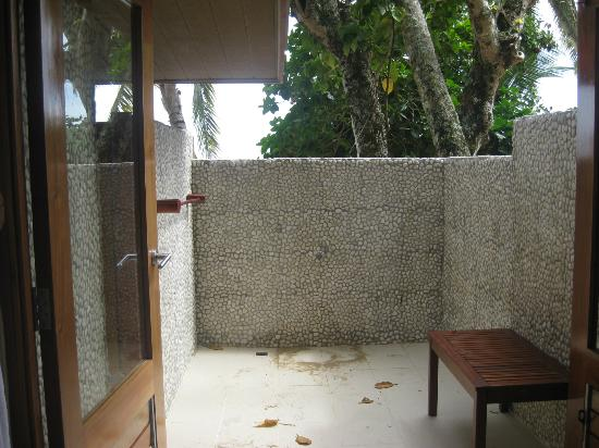 Toberua Island Resort: Outdoor shower area
