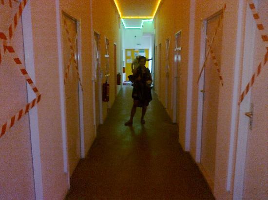 Hostel History: sympa le couloir pour aller aux douches communes, avec un ouvrier derriere