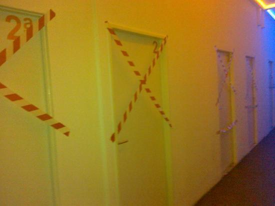 Hostel History: sympa les portes de chambres voisines!