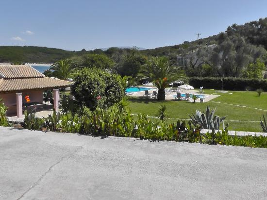 Bella Mare Hotel: View of the garden with pools and bar from the apartment no. 301