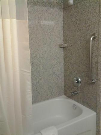 Comfort Inn & Suites Northeast - Gateway: standard tub- no non-slip coating
