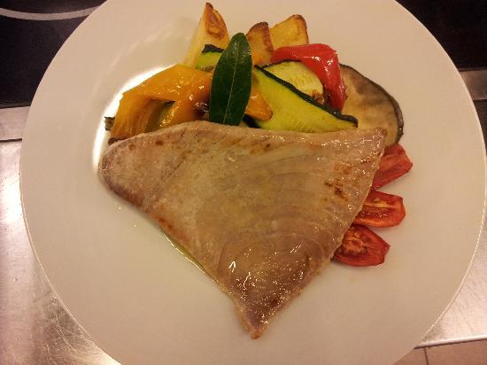 Bistecchina di tonno appena scottata con verdure a patate