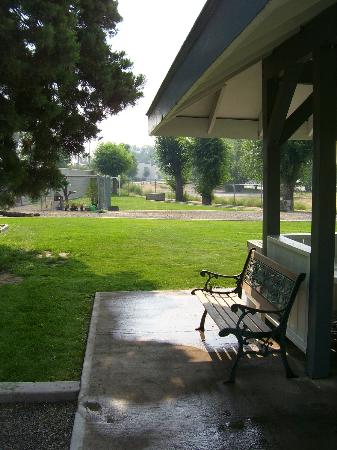 Apple Inn Motel : Horseshoes and lawn area