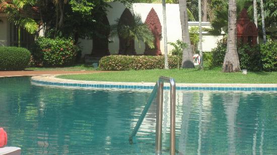 Sofitel Angkor Phokeethra Golf and Spa Resort: Beautiful pool. VERY warm water!