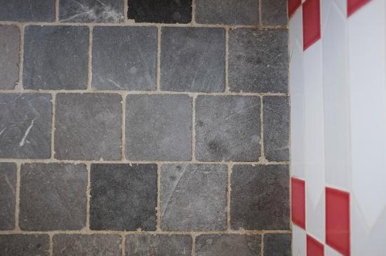 Aux Rives de Honfleur : Kreative Boden- und Wandplatten im Bad