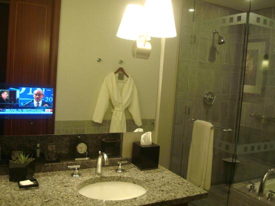 ‪ذا ريتز كارلتون شارلوت: Bathroom with TV in mirror