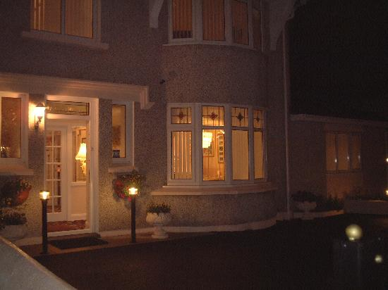 Crossroads Guest House: B & B from £30 Single / £40 Double