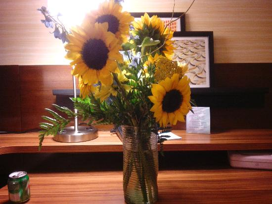 Fairfield Inn & Suites Hutchinson: The flowers the hotel staff picked out