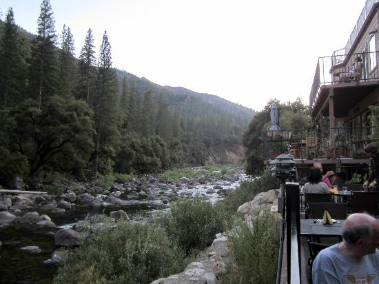 Yosemite View Lodge: balcony outside dining of restaurant