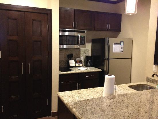 StayBridge Suites DFW Airport North: Kitchen