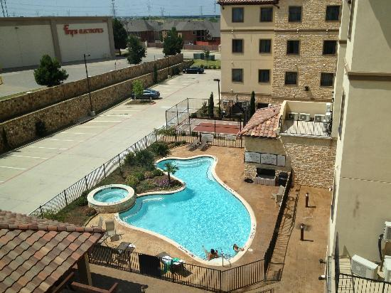 StayBridge Suites DFW Airport North : Pool during the day