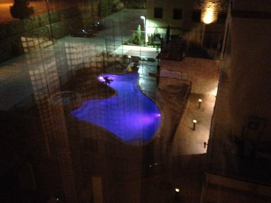 StayBridge Suites DFW Airport North: Pool at night