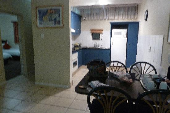 BEST WESTERN Cape Suites Hotel: Kitchen and also entry way and first bedroom