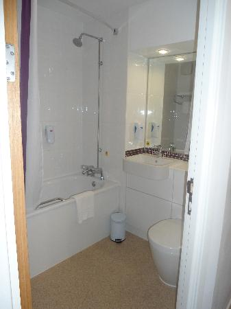 Premier Inn Dumbarton/Loch Lomond Hotel: Bathroom.