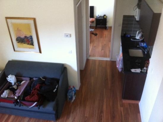 Ben Yehuda Apartments: Le salon et la cuisine. Vue de la chambre du haut.