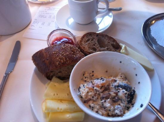Sonnenhof Hotel + Appartements: Breakfast buffet.