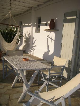 Paros Apartments: veranda and lunch table