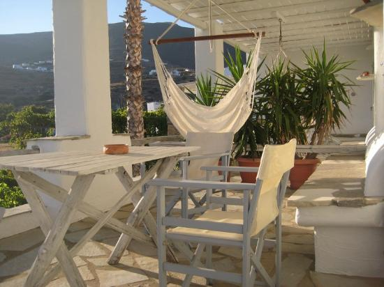 Paros Apartments: veranda lunch table and swing for relaxation