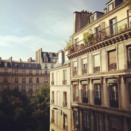 B Montmartre Hotel: View from my room, I was on the third floor and looked outside