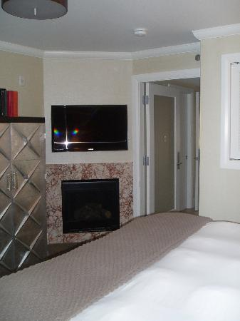 Forty 1⁰ North: fireplace in bedroom