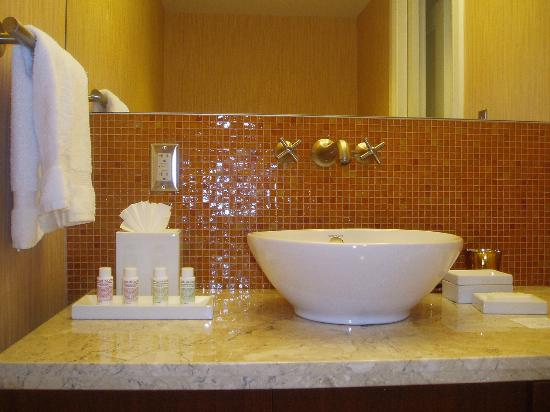 Forty 1⁰ North Hotel and Marina Resort: bathroom sink