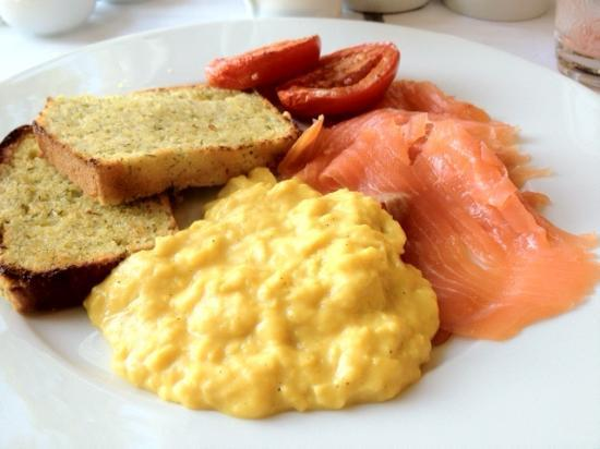 Swan Hill House: Delicious breakfast of cornbread, scrambled eggs, tomatoes and smoked salmon