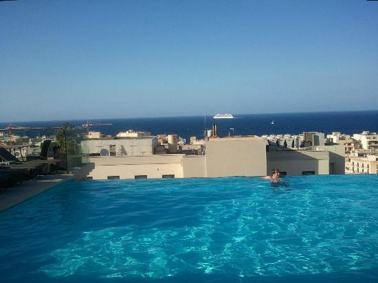 Piscine d bordement sur le toit au 9eme vue sur mer for Piscine 9eme