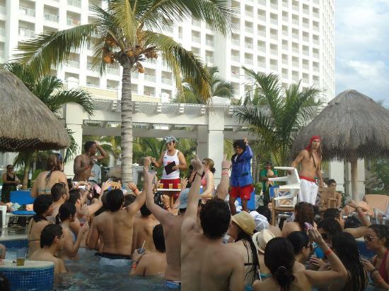 Hotel Riu Emerald Bay: Animación en la piscina