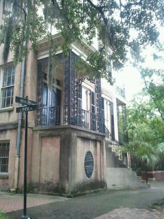 6th Sense World - Historic Ghost and Cemetery Tours: I went back after our tour and took a photo of 432 Abercorn during the day ... too scary at nigh