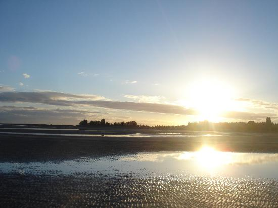 Sea Edge Motel: Sunset over Parksville beach