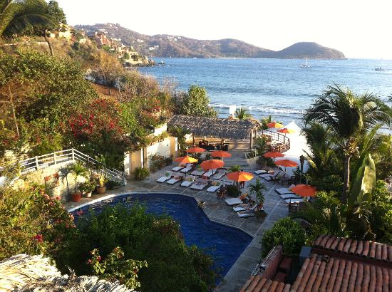 Aura del Mar Hotel: View of the grounds/pool.