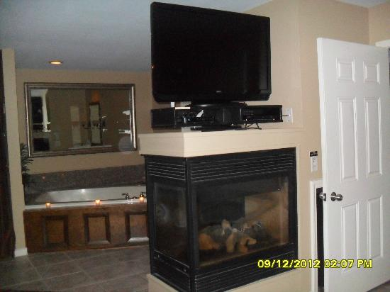 Belamere Suites: 3 sided fireplace and jacuzzi