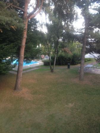Novotel Genève Aéroport France: vue sur le parc et la piscine depuis notre chambre