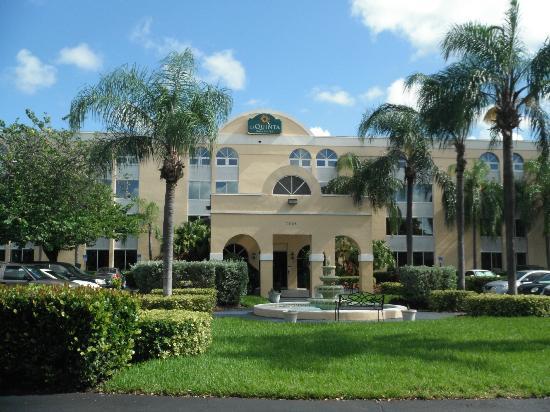 La Quinta Inn & Suites Miami Lakes: Fachada del Hotel